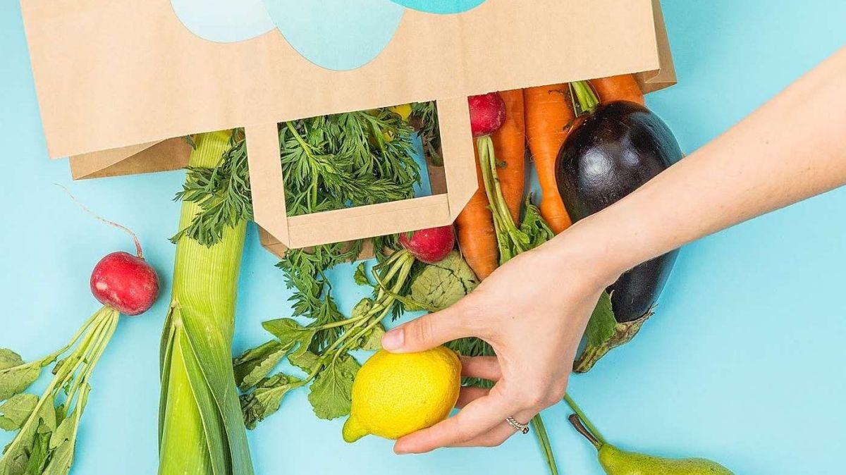 Cun l'applicaziun da «Too Good To Go» as poja cumprar paquets da surpraisa. In quel möd as güda a redüer il sguaz da mangiativas (fotografia: www.toogoodtogo.ch).