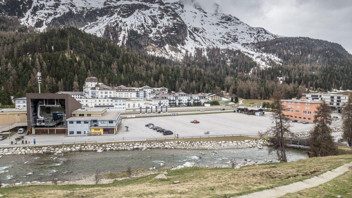 Auf dem freien Areal zwischen der Talstation der Signalbahn und dem Skihaus Pitsch (rotes Gebäude rechts) sollen verschiedene Projekte realisiert werden. Unter anderem ein Eissportzentrum. Foto: Daniel Zaugg