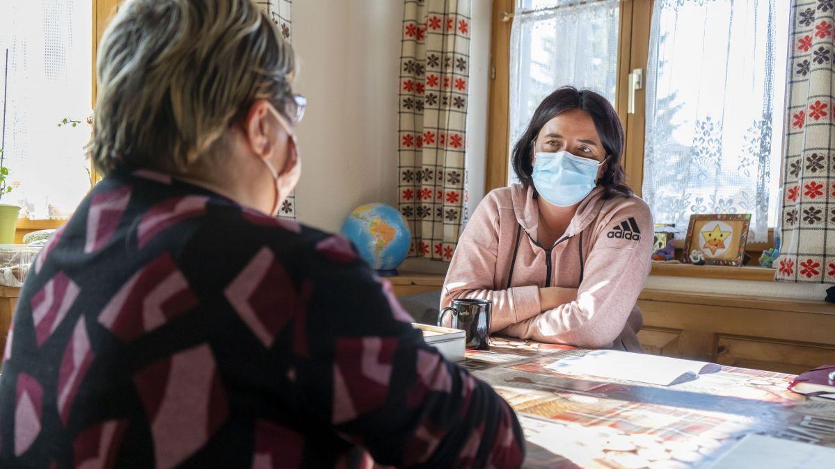 Franca Nugnes (hinten) berät Stefania Bösch, die eine Krebserkrankung und einen Herzinfarkt hinter sich hat. Foto: Denise Kley