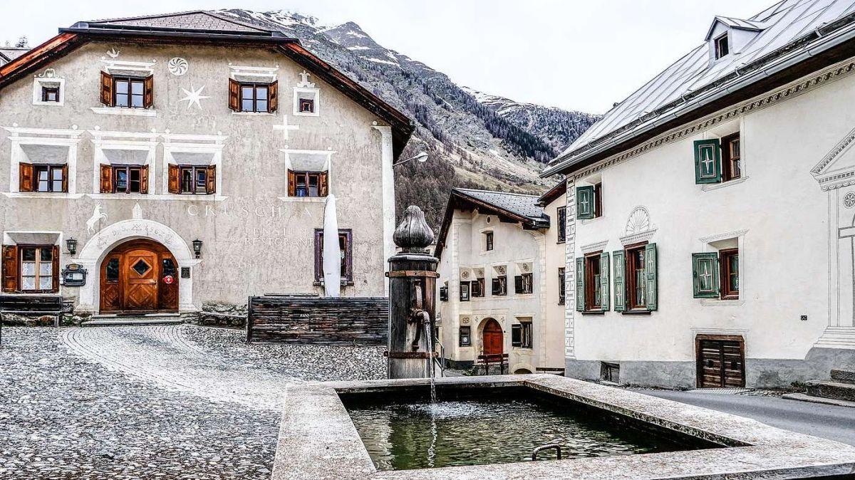 Das brachliegende Gasthaus Crusch Alba (links) im Dorfzentrum von Lavin hat schon bessere Tage erlebt. An diese Zeiten soll nun angeknüpft werden und dem Haus neues Leben eingehaucht werden. Foto: Jon Duschletta