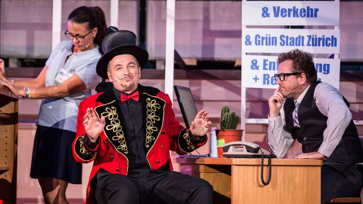 Christian Jott Jenny (rechts) als Chefbeamter Guggenbühl in der Aufführung Trittligass-Ballade im Jahr 2018. Foto: Henry Schulz