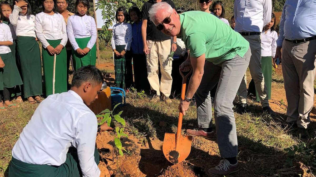 Tim Enderlin in acziun a chaschun d'üna inauguraziun a Myanmar (fotografia: mad).