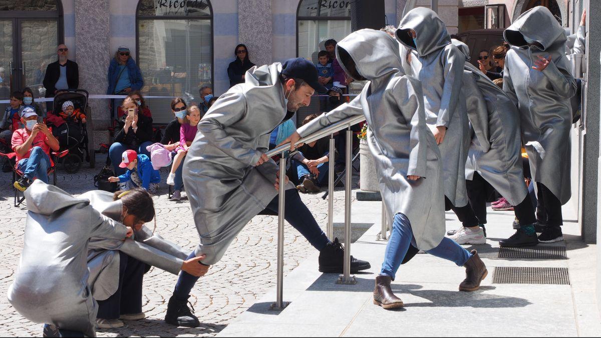 Futuristische Performance auf der Piazza da Cumün. Foto: Marie-Claire Jur