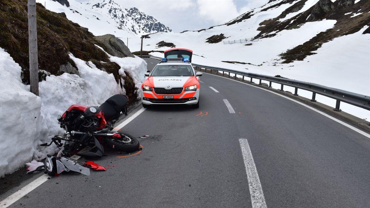 Bild von der Unfallstelle am Flüelapass (Foto: Kantonspolizei Graubünden).
