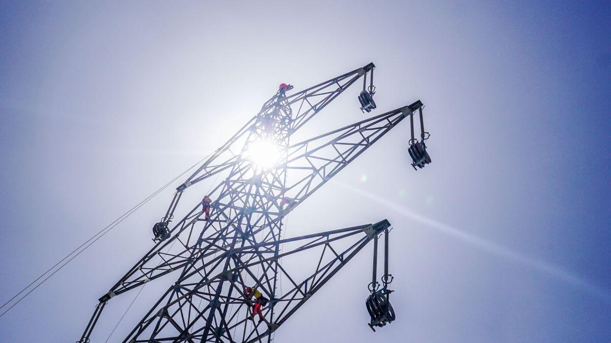Die Schweizer Netzbetreiberin Swissgrid sorgt, wie hier beim Ersatzbau neuer Masten auf der Albulapasshöhe, für funktionierende und stabile Höchstspannungsleitungen. Foto: Jon Duschletta