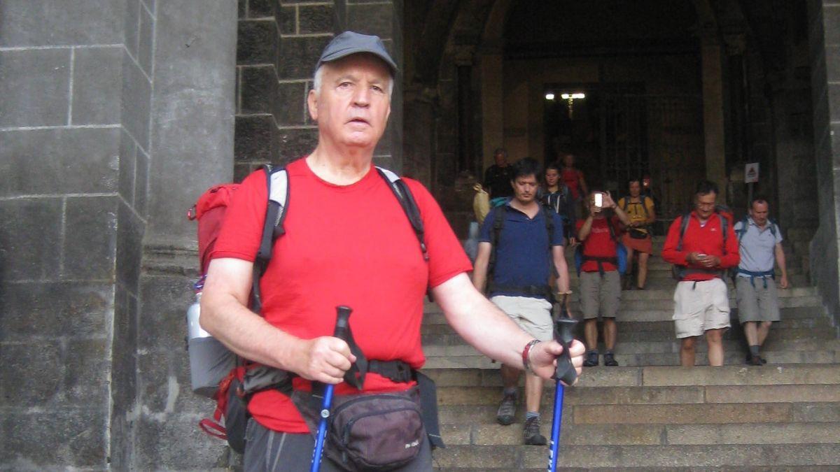 Jon Andrea Grond es i a pè da Müstair fin pro la catedrala da Santiago de Compostela (fotografia: Jon Andrea Grond).