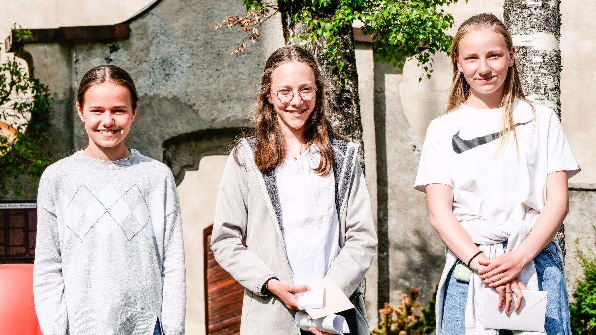 Ils vendschaders da Pledpierla 2021 – categoria 5./6. classa:  Chiara Fröhlich, Lina Margaritta Salzgeber, Sienna Schucany (fotografia: Jon Duschletta)