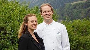 Sophie Badel e Felix Hüfner mainan la Crusch Alba a Guarda (fotografia: mad).