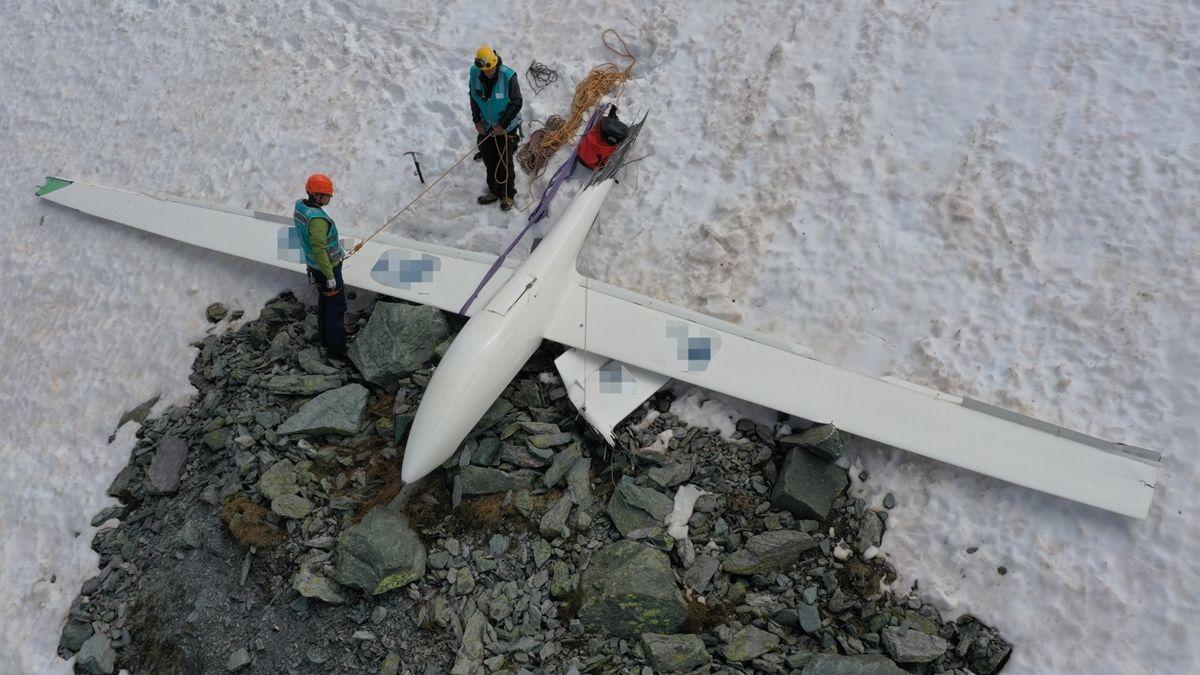 Abgestürztes Segelflugzeug.  Foto: Kantonspolizei Graubünden