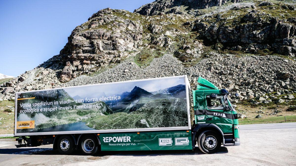 Der E-Lastwagen der Transportfirma Hunger auf der Julier-Passhöhe. Foto: Jon Duschletta