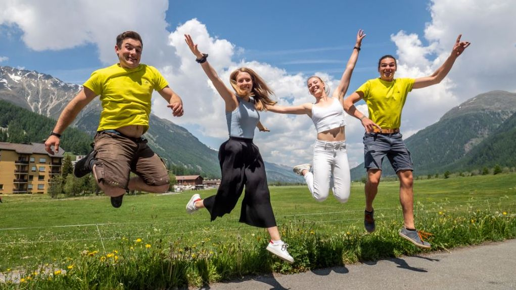 Andri Clalüna, Milena Bassin, Celine Blarer und Lars Hübner (von links nach rechts) freuen sich: Die Abschlussprüfungen liegen hinter ihnen.Foto: Daniel Zaugg