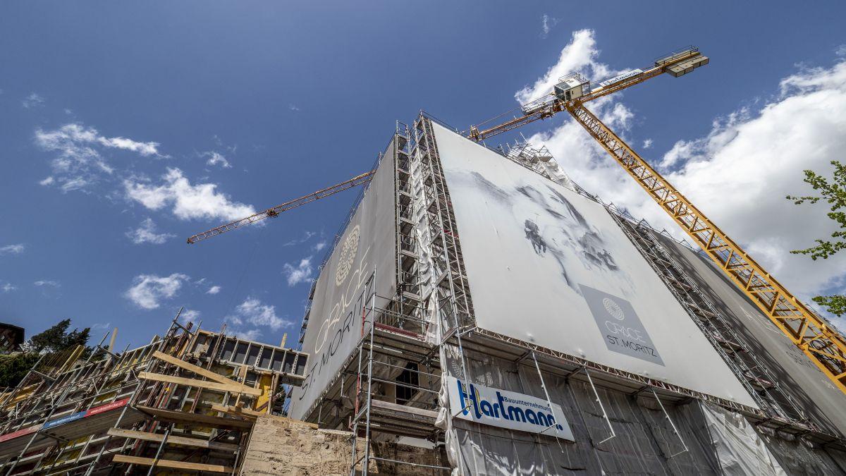 Die Umbauarbeiten beim früheren Hotel La Margna in St.Moritz gehen weiter. Das Hotel soll im Dezember 2022 wiedereröffnen.  Foto: Daniel Zaugg