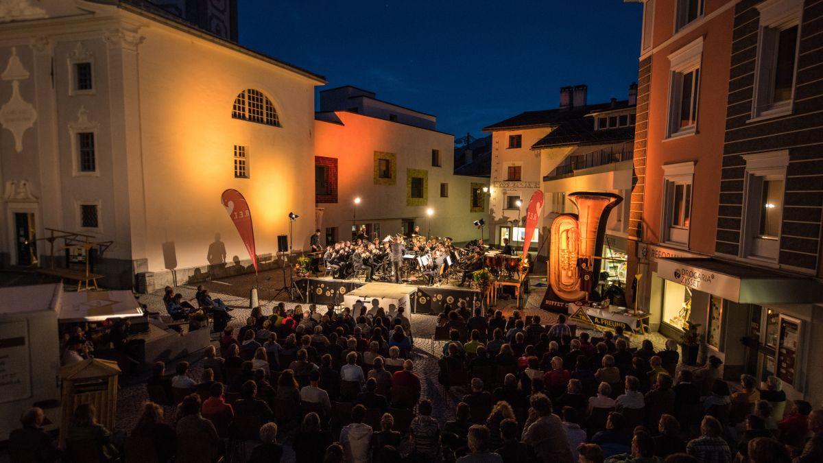 Wenn das Wetter mitspielt, wird in den kommenden Tagen auf dem Samedner Dorfplatz Brassband-Sound erster Güte live zu geniessen sein.    Foto: z.Vfg