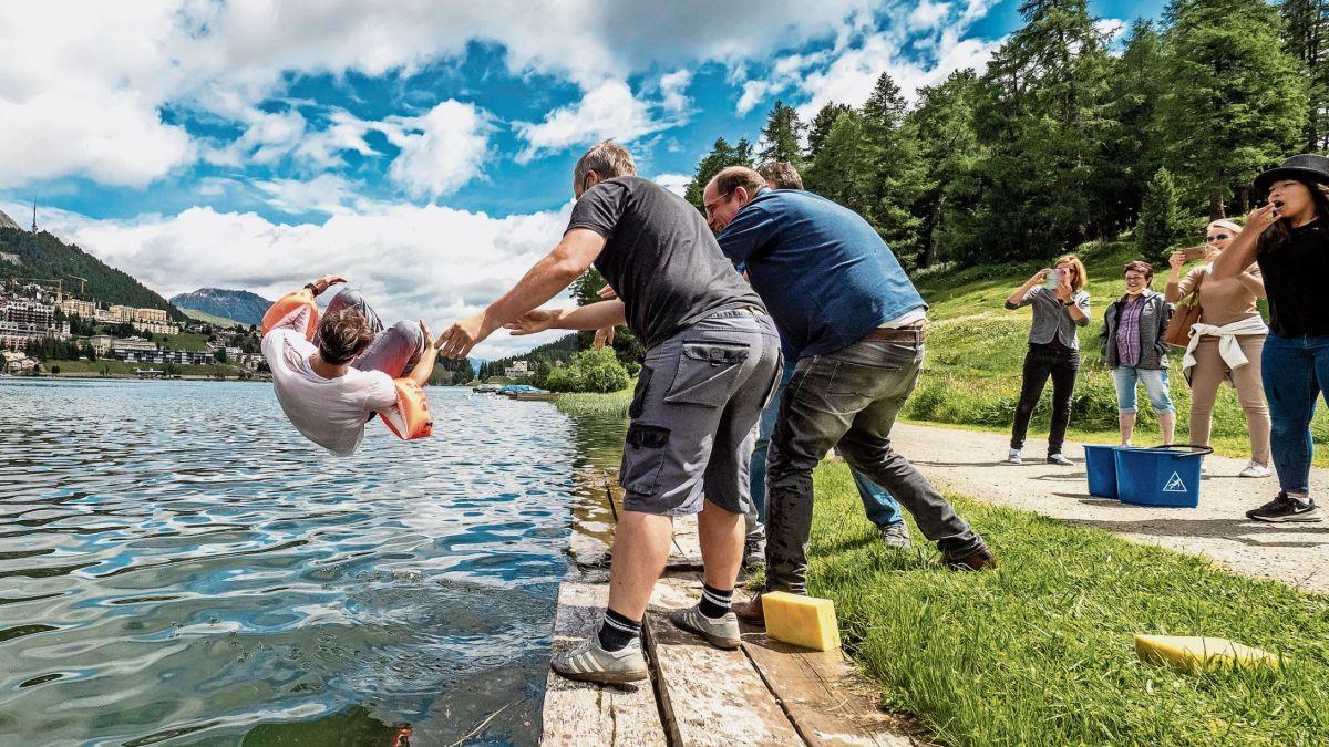 Der nun ausgelernte Polygraf Joel Brandenberger genoss ein Bad im St. Moritzsee. Foto: Daniel Zaugg
