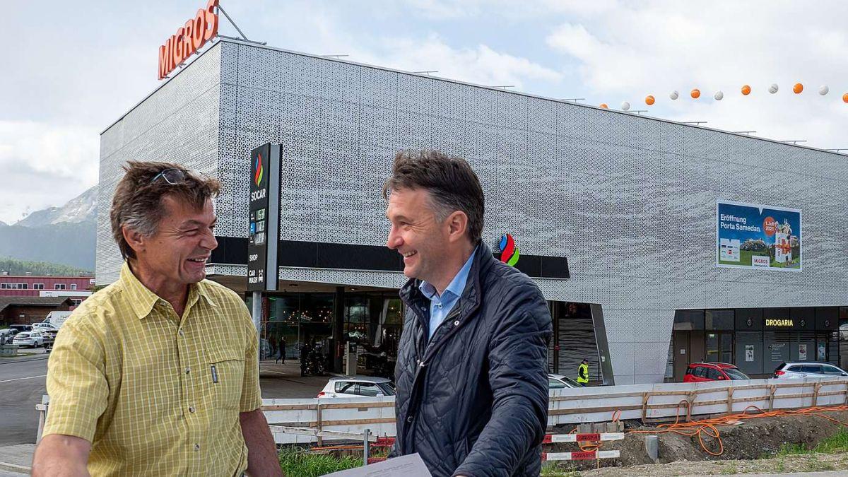 Urs Pfister (links) und sein Geschäftspartner Martin Merz freuen sich über die Eröffnung der Porta Samedan. Foto: Reto Stifel