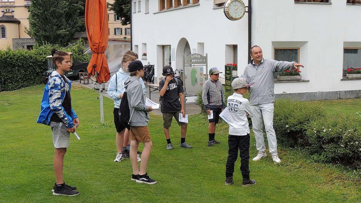 Il Golf-Pro Edward Hoenjet declera ouravant ün per reglas importantas. fotografia: Benedict Stecher/FMR