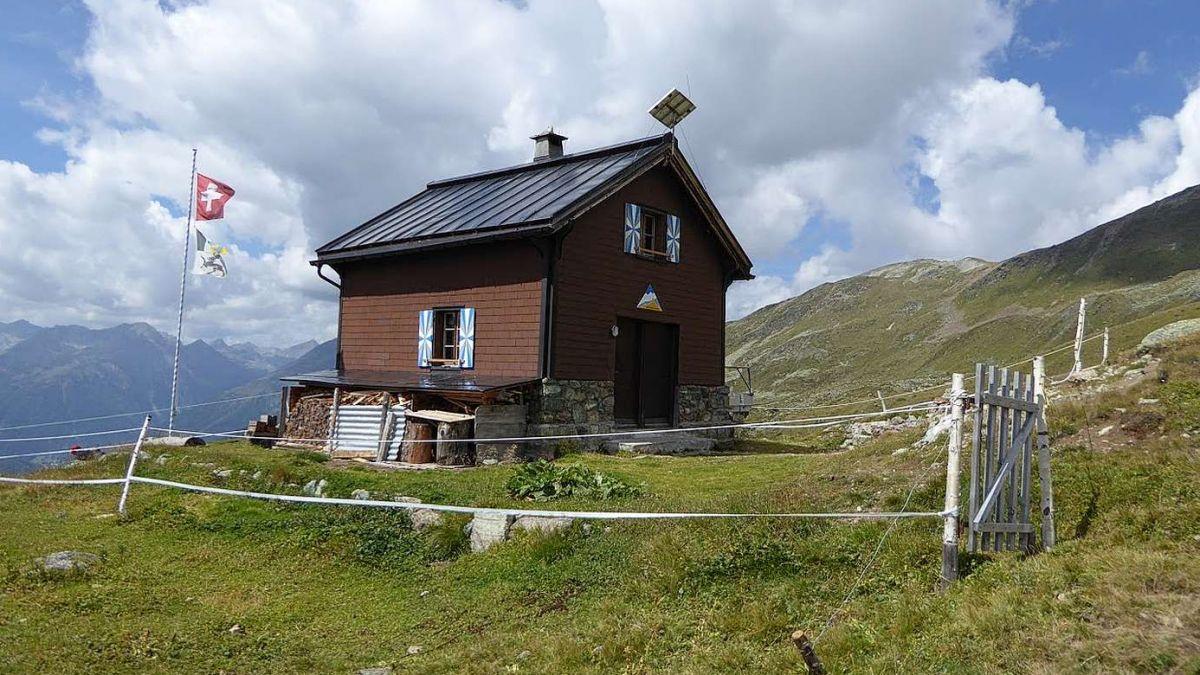 La Chamonna Cler as rechatta sün 2476 meters otezza ed in distanza dad Ardez da trais uras e mez. fotografia: mad