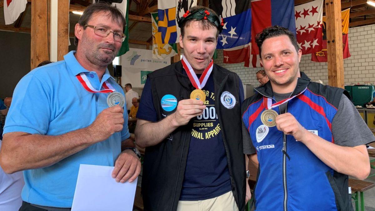 Elmar Fallet, Norbert Caviezel ed Andri Krebs (da schnestra) cun lur medaglias (fotografia: Dario Müller/RTR).