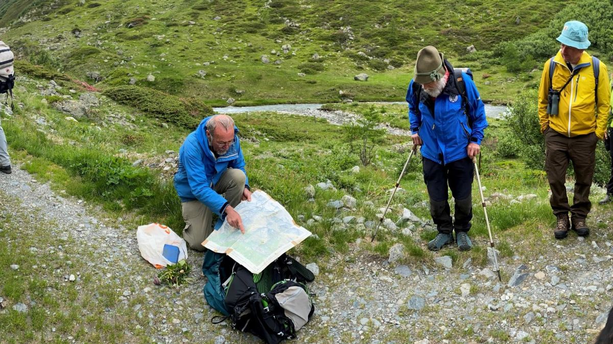 Bei der Exkursion wurde unter anderem in die Botanik des Tals eingeführt. Foto: David Jenny