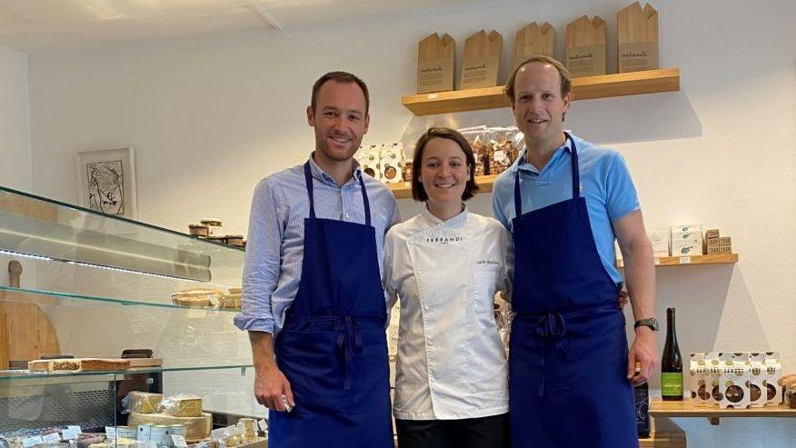 Remy Bailloux (a schnestra), Lucie Bailloux e Georg Hammer mainan amo fin a la fin d'avuost il Cafè Carsuot ad Ardez (fotografia: Andri Netzer).