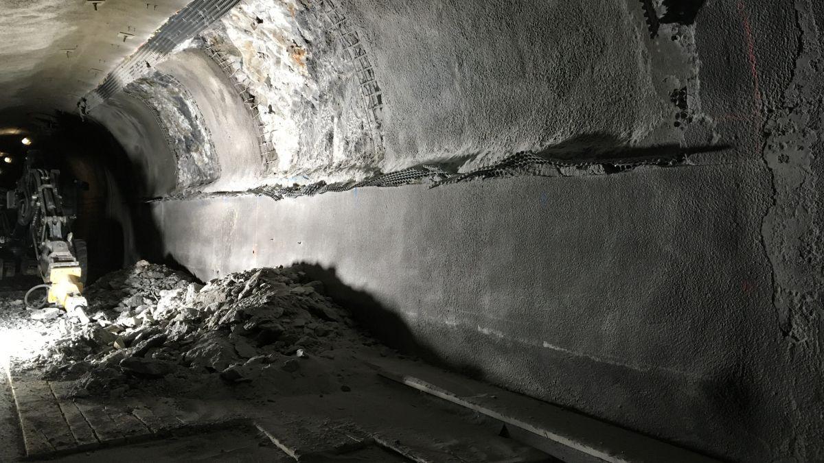 Las lavuors da la seguond'etappa da sanaziun dal tunnel Munt La Schera da las Ouvras Electricas Engiadina cuntinueschan ed il tunnel resta serrà a partir dals 1. settember per tuot il trafic (fotografia: OEE)