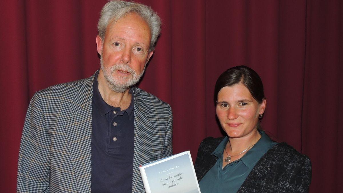 Nicola Bardola e Fadrina Hofmann han discutà e speculà davart l'autura anonima (fotografia: Benedict Stecher).