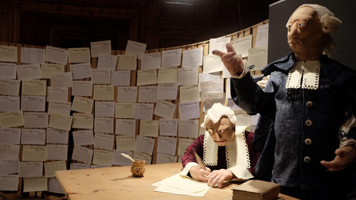 Blick in die Ausstellung: Ein Gericht fällt ein Urteil. Im Hintergrund die Namen von rund 130 Personen, denen im Puschlav der Prozess gemacht wurde.    Foto: Ruth Pola