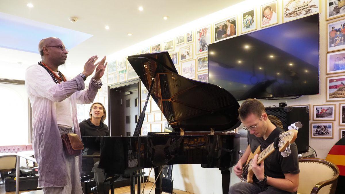 Workshop Leiter Omar Sosa gibt dem MarcO Poingt Trio aus Frankreich Tipps für Ihren Konzertauftritt.