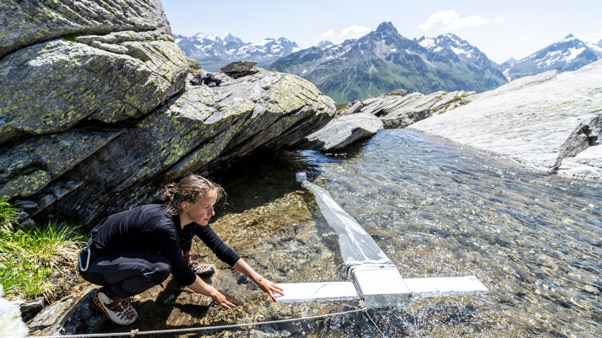Anna Sidonia Marugg hat für ihre Maturaarbeit den Mikroplastikgehalt in den Engadiner Gewässern untersucht (Foto: Mayk Wendt).