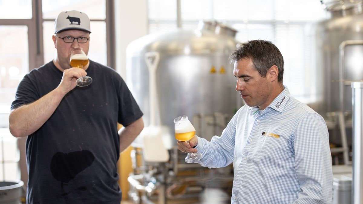 Il bierer Christian Schneider (a schnestra) e'l mainagestiun Reto Rauch prouvan co cha la biera gusta (fotografia: Dominik Täuber).