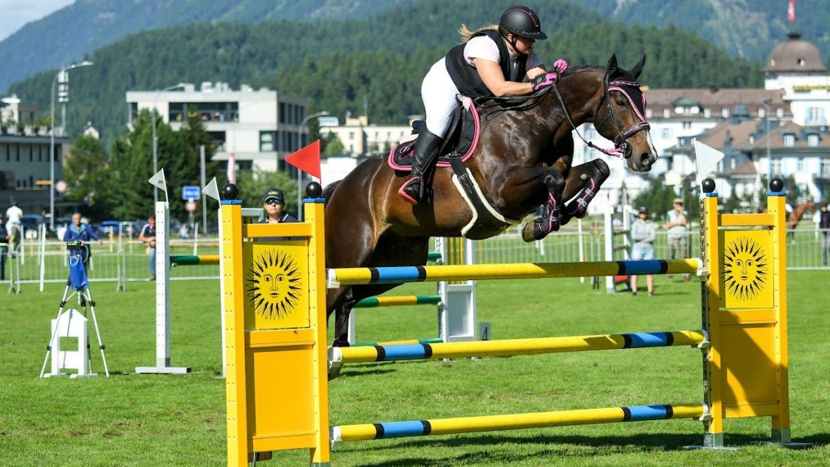 Wer 120 Zentimeter hohe Hindernisse überspringen kann wie Magdalina Wohlwend auf ARD Luster, gehört zu den geübten Turnierreitern. Foto: www.foto-waschbaer.com/Franz Berger
