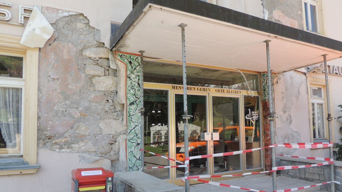 L'entrada vers la via da cumün da l'Hotel Tarasp ha stuvü gnir sgürada (fotografia: Benedict Stecher).
