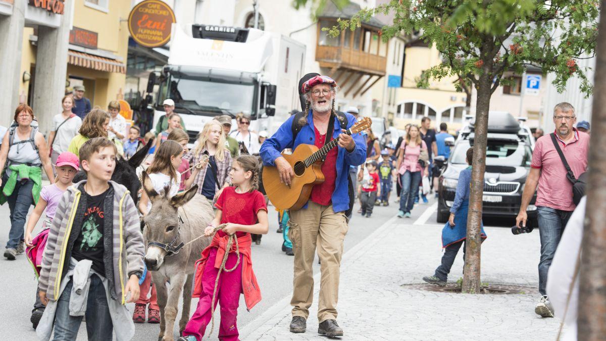 Linard Bardill ed ils «asensingers da Tamangur» concerteschan in dumengia aint in S-charl (fotografia: mad).