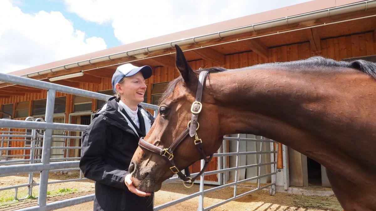 Andrea Hardegger und die polyvalente Stute Chandai, zu der sie eine enge Beziehung hat.        Foto: Marie-Claire Jur
