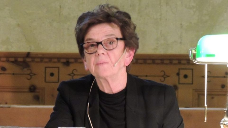 Angelika Overath ha prelet istorgias e poesias (fotografia: Benedict Stecher).