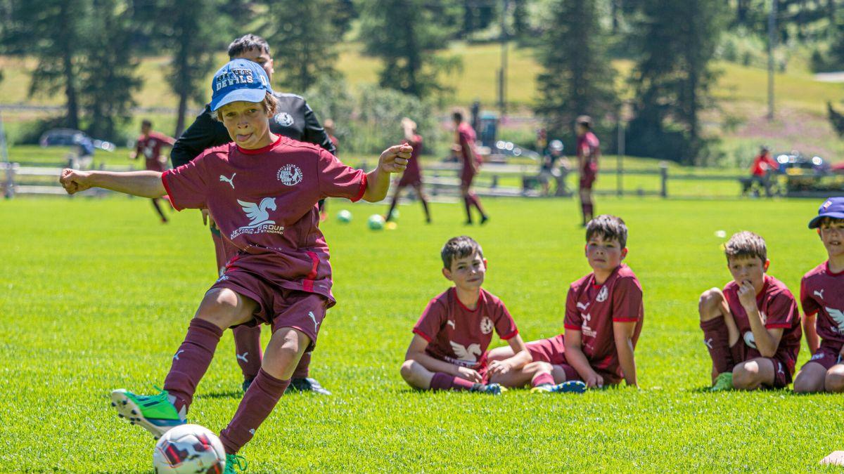 Volle Konzentration, unter den kritischen Blicken der Kollegen, beim Penaltyschiessen. Fotos: Daniel Zaugg