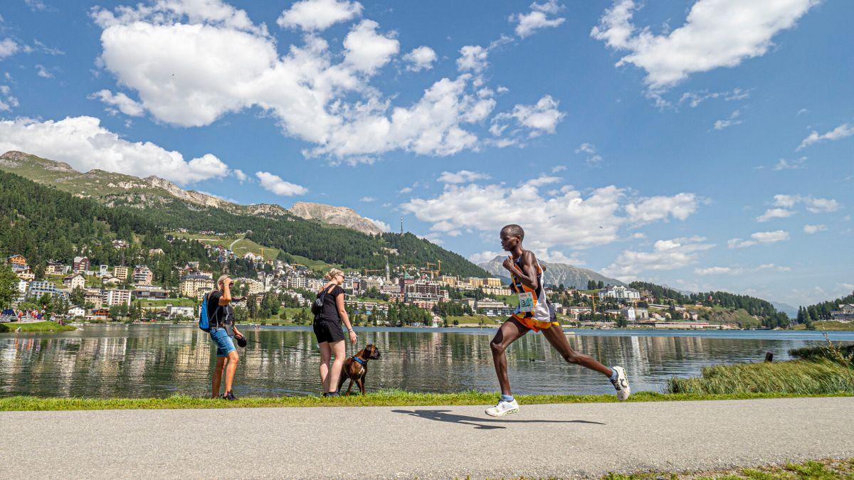 Sieger Isaac Kipkemboi Too kurz vor dem Ziel des Engadiner Sommerlaufs. Foto: Daniel Zaugg