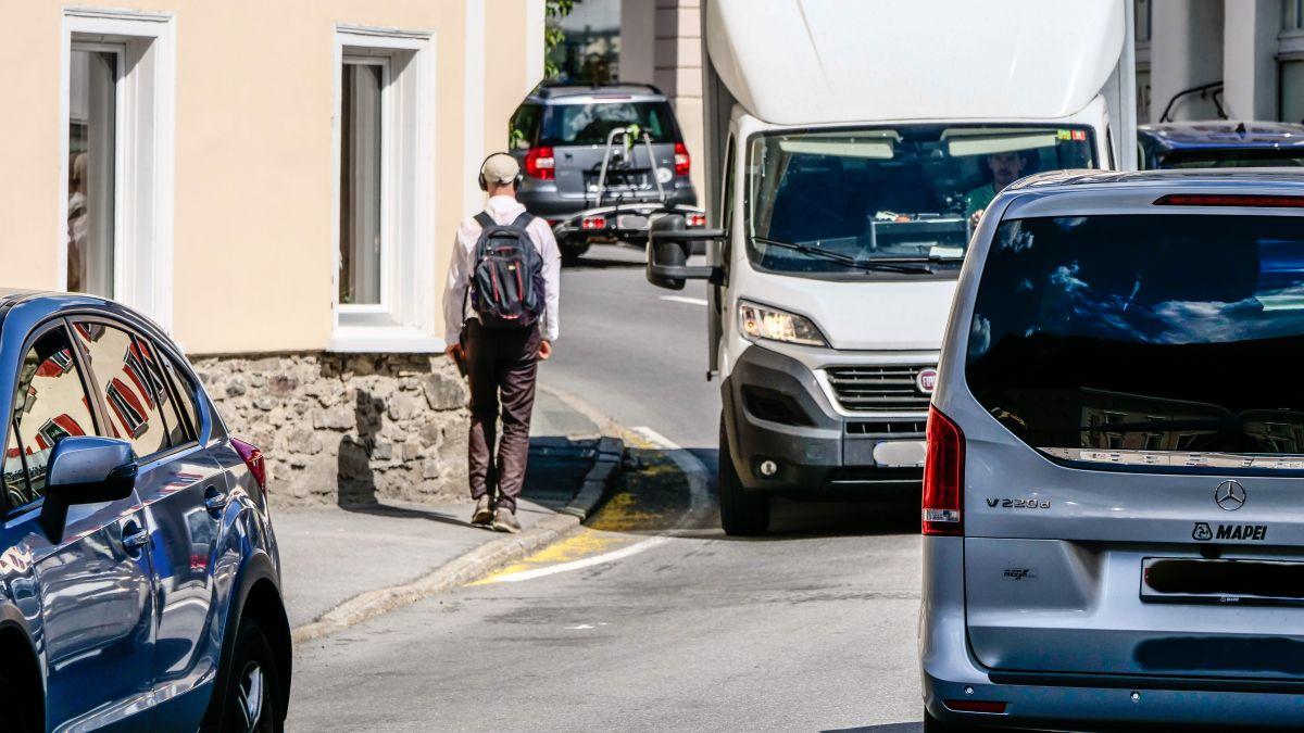 Cul proget da sanaziun da la Via Maistra tras Zernez as dess eir amegldrar la situatiun privlusa pels peduns (fotografia: Jon Duschletta).