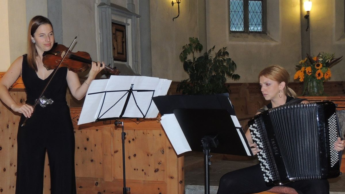 Flurina Sarott (violina) e Bosiljka Kulisic (accordeon) han satisfat al numerus public (fotografia: Benedict Stecher).