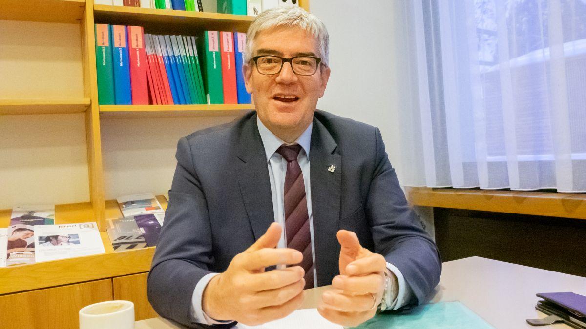 Regierungsrat Jon Domenic Parolini wünscht sich, dass die Bündner Schulen auch weiterhin Orte der Begegnung, des Zusammenlebens und des gehaltvollen «von und miteinander Lernens» bleiben (Foto: Reto Stifel).