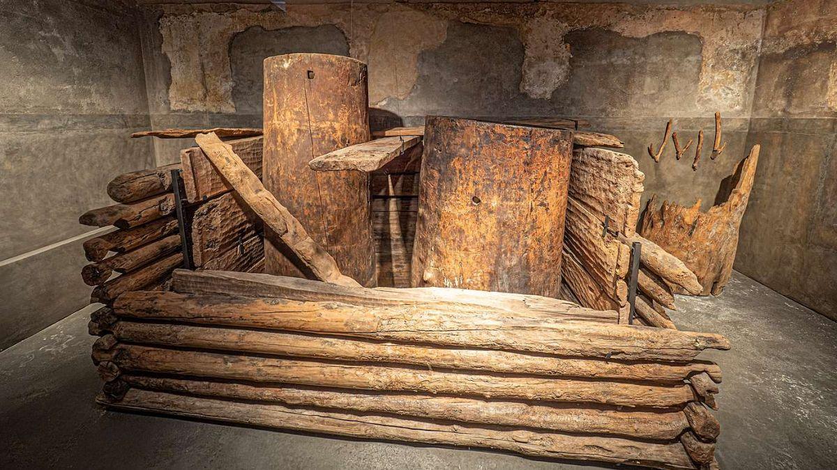Das «Herzstück von St.Moritz»: Die originale, 1907 ausgegrabene, fast 3500 Jahre alte Quellfassung aus Lärchenholz. Diese ist heute im Paracelsus-Gebäude in St.Moritz Bad ausgestellt.  Foto: Daniel Zaugg