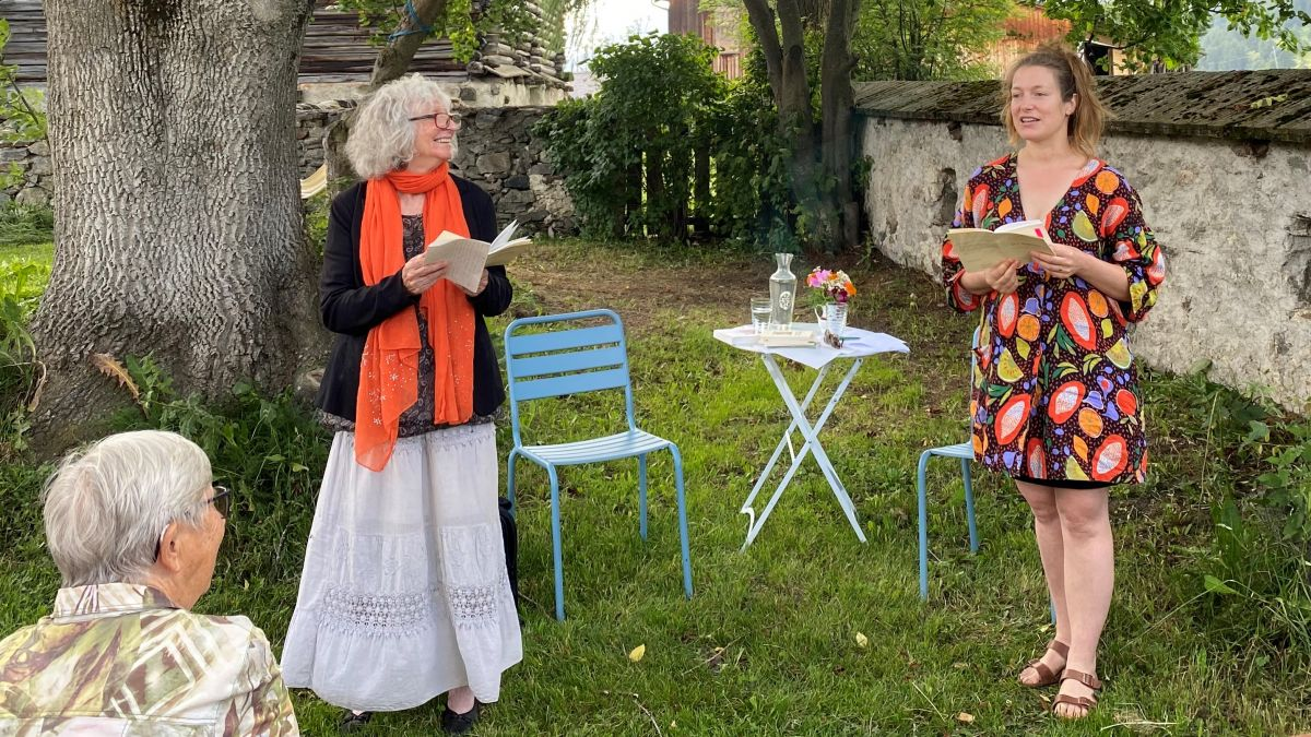 La scriptura Flurina Badel (a dretta) e l'editura Denise Mützenberger han prelet our dal cudesch «üert fomantà» (fotografia: Andri Netzer).