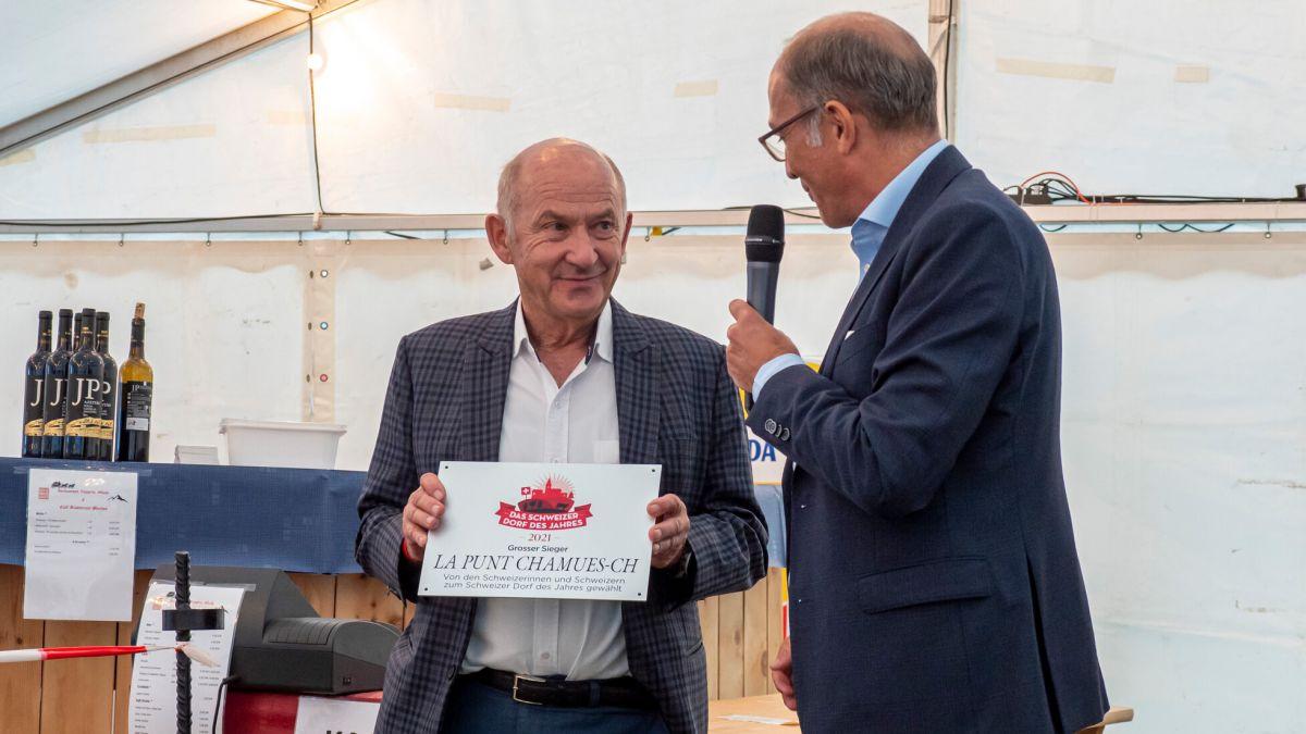 Stefan Regez, Chefredaktor der «Schweizer Illustrierten» (rechts) überreicht Gemeindepräsident Jakob Stieger die Auszeichnung zum «Dorf des Jahres». Foto: Valentina Baumann