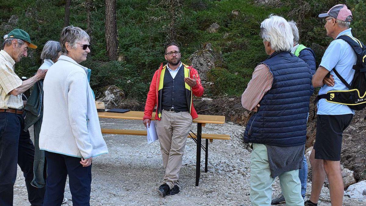 Projektleiter Roberto Paravicini informiert am Tag der offenen Baustelle die Interessierten über den Ausbau der forstlichen Erschliessung der Val Bernina.  Foto: Urs Dubs