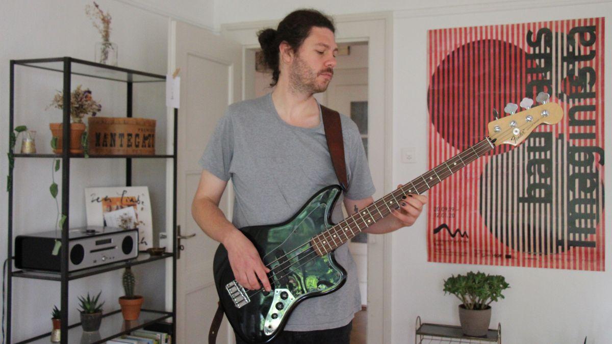 Valentin Bezzola da Scuol dà üna pitschna demonstraziun da seis talent sco musicist e bassist (fotografia: Gianna Duschletta).