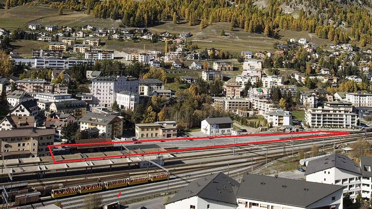 Das Bahnhofareal in Samedan: Die rot umrandete Fläche ist der Projektperimeter, wo unter anderem das Verwaltungszentrum des Kantons zu stehen kommen soll. Foto: Rhätische Bahn