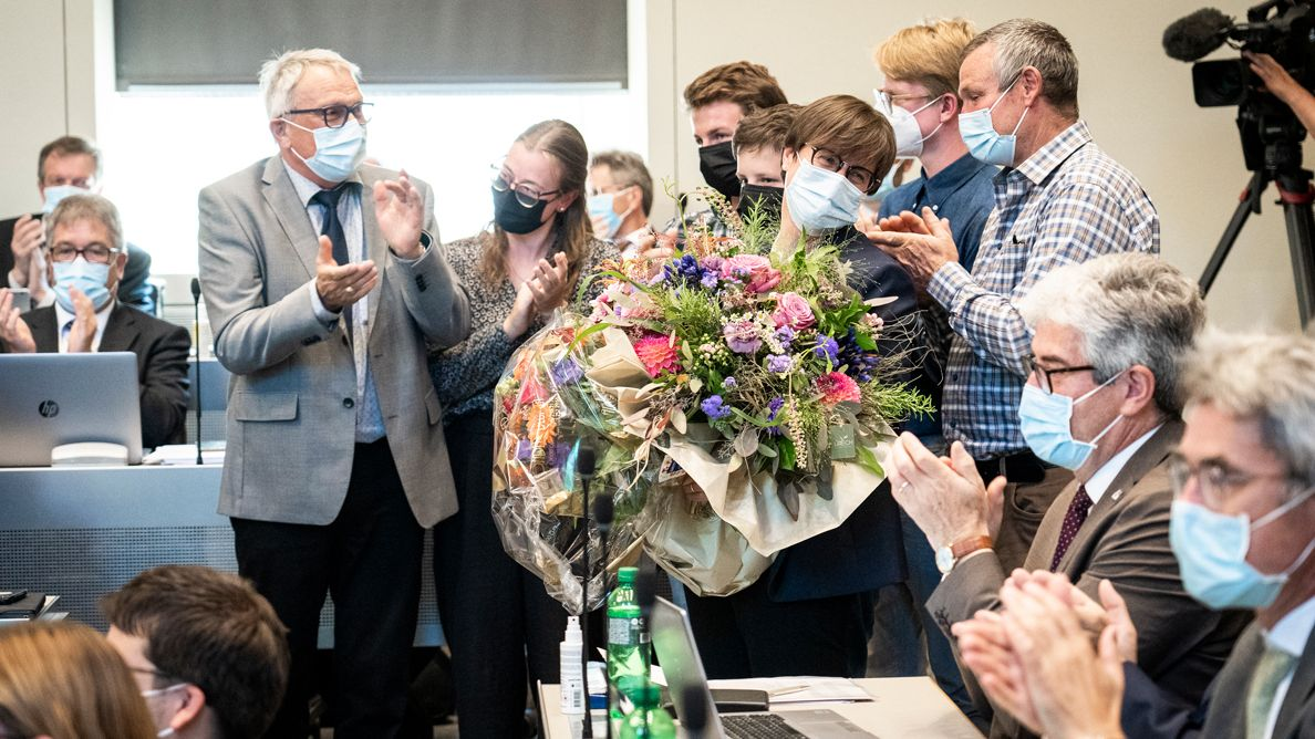 Grond applaus dal capo cumünal da Scuol, dals regents e grondcusgliers ed impustüt eir da la famiglia per la nouveletta presidenta dal Grond cussagl Aita Zanetti da Sent (fotografia: Daniela Derungs).