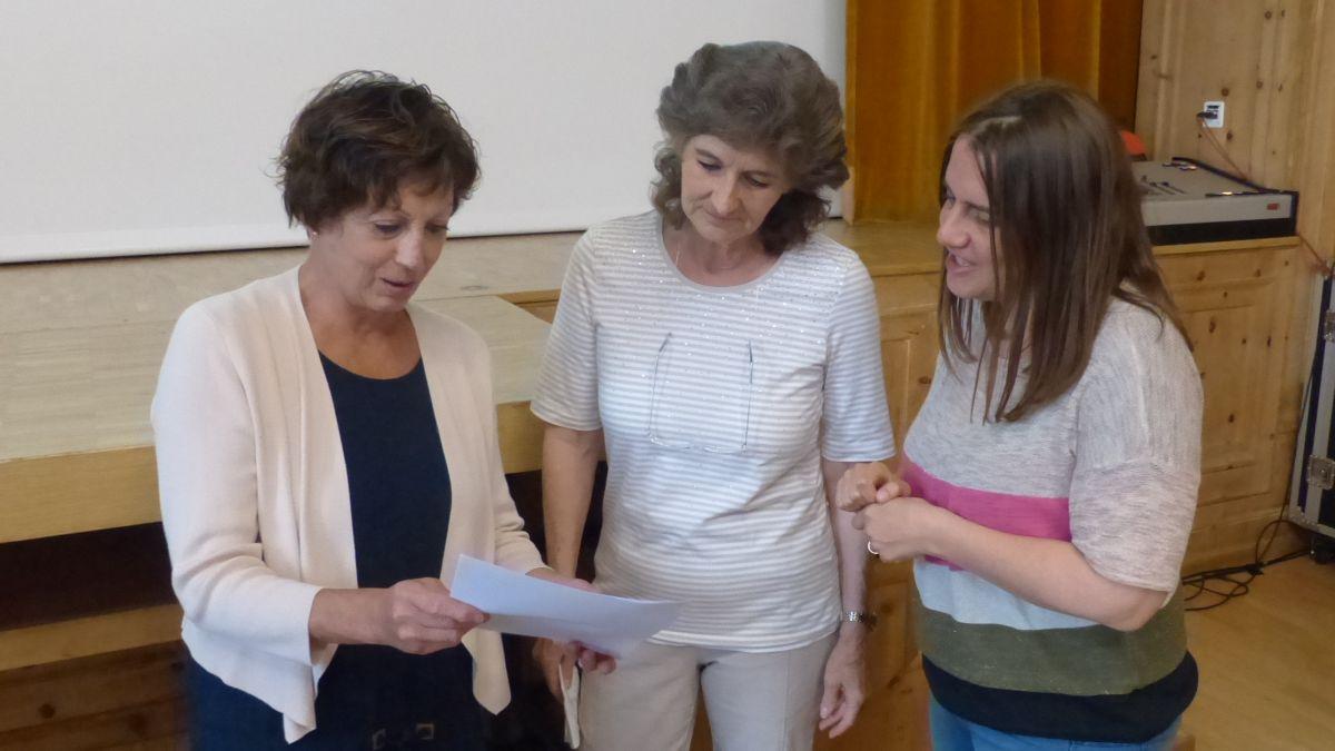Verena Erni, Donna Minar e Martina Hänzi (da schnestra) observan il svilup da las commembras e commembers (fotografia: Flurin Andry).