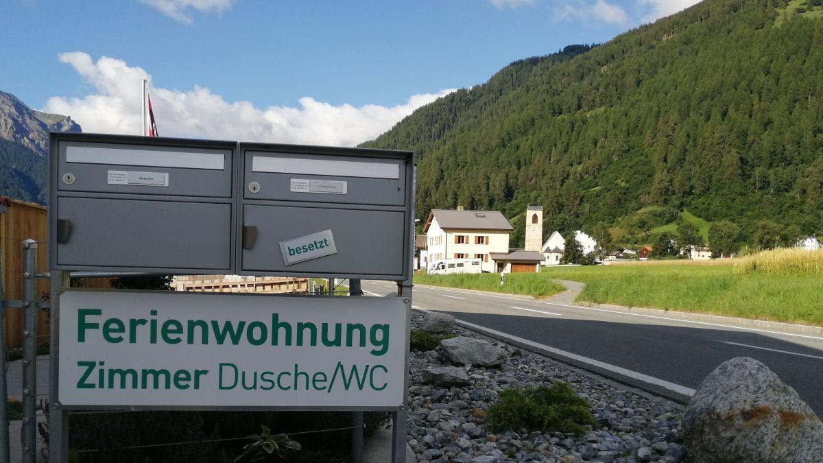 In avegnir dessan esser da quists avis sco qua pro l'entrada da Müstair eir in rumantsch (fotografia: Elio Meier).