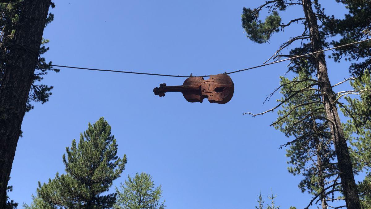 Im Jubeljahr wurde der Konzertplatz im Taiswald in luftiger Höhe mit hölzernen Skulpturen der Bildhauerin Nora Engels geschmückt. Foto: Marie-Claire Jur